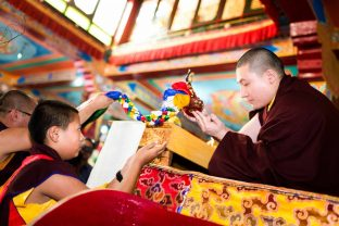 Chime Rinpoche offering a Buddha statue to Thaye Dorje, His Holiness the 17th Gyalwa Karmapa. Photo / Tokpa Korlo