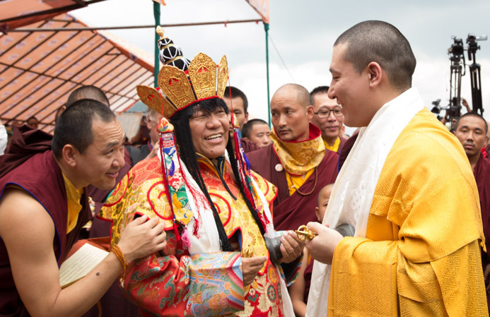 Beru Khyentse greets Thaye Dorje, His Holiness the 17th Gyalwa Karmapa. Photo/Lekshey Jorden