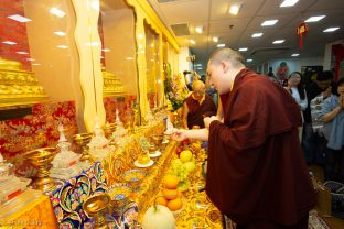 Thaye Dorje, His Holiness the 17th Gyalwa Karmapa, visits Khenpo Karsang's Kagyu Library in Hong Kong