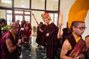 His Eminence Luding Khenchen Rinpoche arrives. Many monks from Karma Kagyu monasteries were in attendance for the historic hair-cutting ceremony of Thugsey, Karmapa's son