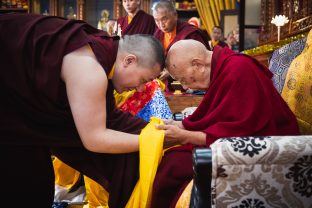 A moment of deep respect between Thaye Dorje, His Holiness the 17th Gyalwa Karmapa, and His Eminence Luding Khenchen Rinpoche