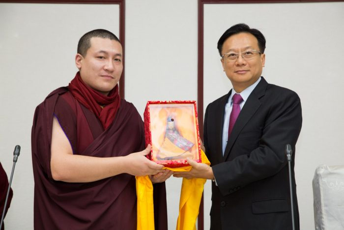 Thaye Dorje, His Holiness the 17th Gyalwa Karmapa, giving a present to the Changhua Deputy Governor, Mr. Huang Ying Chi. Photo / Thule Jug